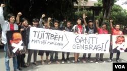 Penggemar olahraga di Solo, Jawa Tengah, memprotes dualisme kepengurusan PSSI dan mendukung sanksi FIFA terhadap Indonesia. (VOA/Yudha Satriawan)