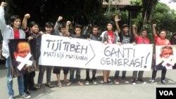 Penggemar sepakbola di Solo, Jawa Tengah, berdemonstrasi memprotes kekisruhan organisasi pengelola sepakbola di Indonesia. (Foto: Dok)