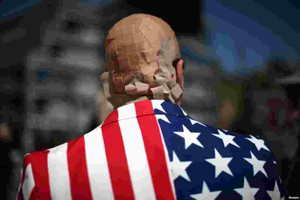 Mike Stutz បានរុំក្បាលរបស់ខ្លួនដោយបន្ទះបិទដំបៅក្នុងបាតុកម្មប្រឆាំងនឹងសំណើដើម្បីជំនួសសេវាសុខភាព Obamacare របស់ប្រធានាធីបតីដូណាល់ ត្រាំ ទីក្រុង Los Angeles រដ្ឋកាលីហ្វ័រញ៉ាកាលពីថ្ងៃទី១៤ មីនា ២០១៧។