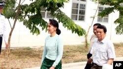 ဧၿပီလ ၉ ရက္ေန႔က ညာဘက္မ်က္လုံးကို ခြဲစိတ္ကုသမႈ ခံယူရန္ ေနျပည္ေတာ္က နား၊ ႏွာေခါင္းႏွင့္ လည္းေခ်ာင္းေဆးရုံသို႕ လာေရာက္ေသာ ေဒၚေအာင္ဆန္းစုၾကည္ကို ေတြ႕ရစဥ္။ (AP Photo/Aung Shine Oo)