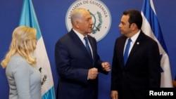 Tổng thống Guatemala Jimmy Morales nói chuyện với Thủ tướng Israel Benjamin Netanyahu và phu nhân trước lúc khánh thành đại sứ quán ở Jerusalem ngày 16/5/2018.