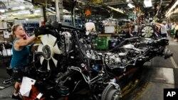 Foto de archivo de una trabajadora en una fábrica de montaje de General Motors en Flint, Michigan, el 18 de julio del 2011.