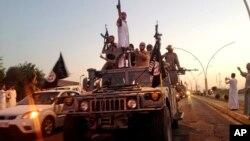 Militan ISIS melakukan parade di Mosul, Irak utara (foto: dok).