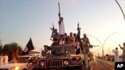 Des combattants du groupe Etat Islamique en patrouille, à Mosul, Irak (archives AP photo)