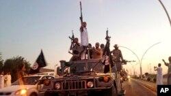 Para pejuang ISIS berpawai di Mosul, Irak, 23 Juni 2014 (Foto: dok).