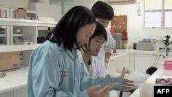 Các nhà khoa học làm việc tại phòng thí nghiệm trong thủ đô Jakarta của Indonesia