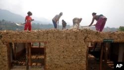 'اپنی مدد آپ' کے تحت سرگرم عمل ایک نیپالی خاندان