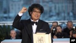 بونگ جون-هو ۴۹ ساله و قبلا دو دوره دیگر در جشنواره کن شرکت کرده بود.