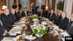Menteri Luar Negeri AS Hillary Clinton (kedua dari kanan) menjamu makan malam Presiden Afghanistan Hamid Karzai (kedua dari kiri) dan rombongannya, di rumah khusus untuk menjamu tamu negara, Blair House, di Washington.