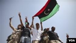 Pasukan anti-Gaddafi merayakan hasil negosiasi para pemimpin suku dan pemimpin mereka di pos penjagaan Tarhouna dan Bani Walid, Libya (6/9).