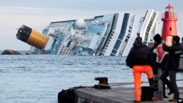 Tàu du lịch Costa Concordia bị mắc cạn ngoài khơi đảo Giglio, ngày 18/1/2012.