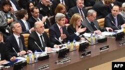 جان کری وزیر خارجه آمریکا (سوم از چپ) در نشست اعضای ائتلاف بینالمللی علیه داعش در بروکسل، بلژیک – ۱۲ آذر ۱۳۹۳