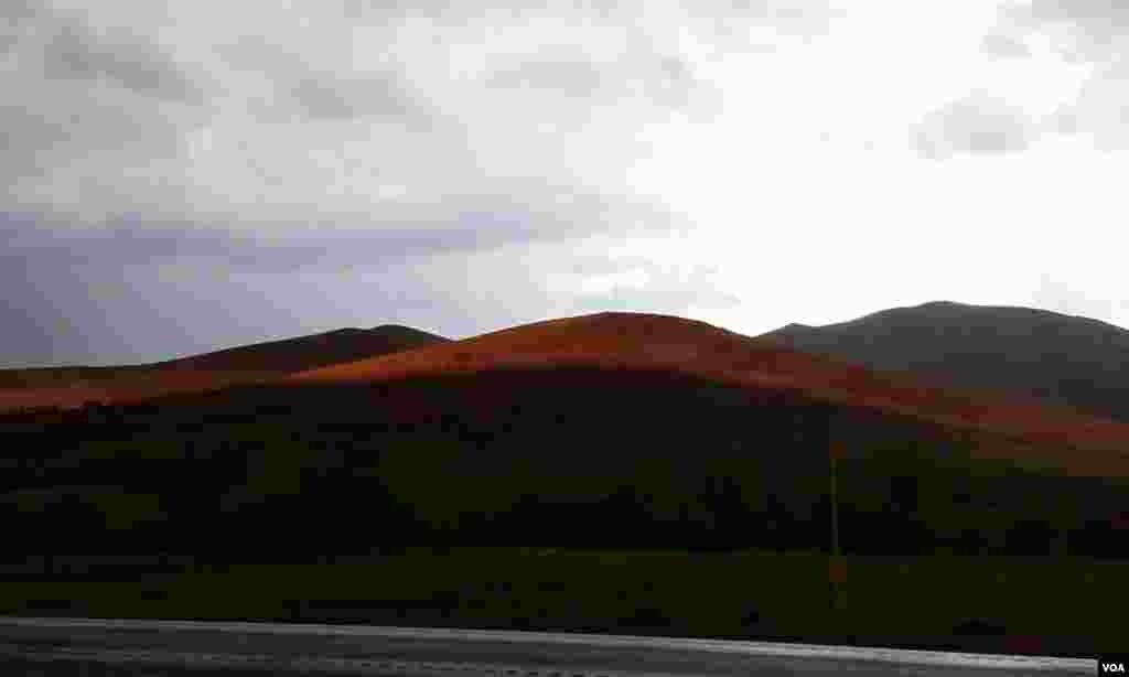 لحظه ظهور خورشيد از لابلا ی ابرها- روستای زاليان عکس: مجتبی (ارسالی شما)