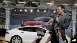 Tesla ကုမၸဏီပူးတဲြတည္ေထာင္သူ ဘီလ်ံနာသူေဌး Elon Musk တက္စ္လာ ကားကုမၸဏီေရွ႕မွာ ေတြ႔ရစဥ္။ (ဂၽြန္ ၂၂၊ ၂၀၁၃)