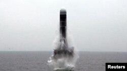 朝鲜中央通讯社(KCNA)2019年10月2日发布的这张未注明日期的照片中,似乎是潜射弹道导弹(SLBM)在未公开的位置飞行。 (资料照)
