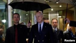 스테판 데 미스투라 유엔 시리아 특사가 3일 스위스 제네바에서 진행 중인 평화회담에 관한 입장을 밝히기 위해 기자회견 장소에 도착했다.