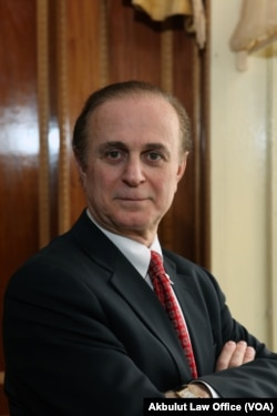 New York barosuna bağlı olarak 30 yılı aşkın bir süredir göçmenlik ve ticaret avukatlığı yapan Cahit Akbulut, 2017 Yeşil Kart çekilişine katılmak isteyen Türk vatandaşlarını özellikle aracı firmalar ve bazı vize danışmanlık şirketleri tarafından çekilişe katılım için alınan fahiş paralar konusunda uyardı.