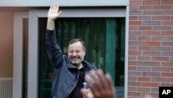 22일 독일 베를린 감옥에서 석방된 아흐메드 만수르 '알자지라' 방송기자가 손을 흔들고 있다.