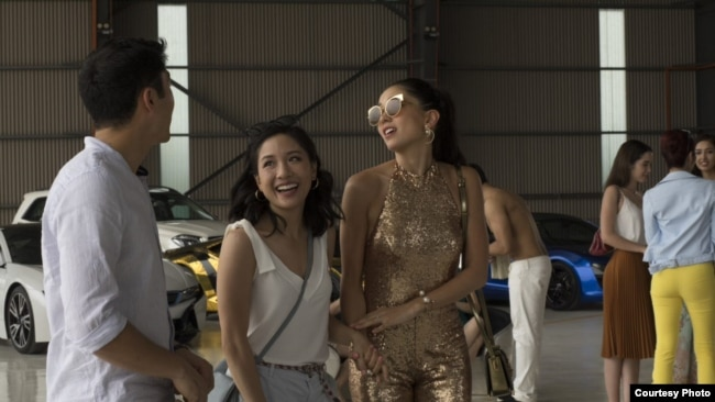 "Aktris Constance Wu (tengah) memerankan tokoh Rachel Chu dalam ""Crazy Rich Asians"" (Dok: Warner Bros.)"