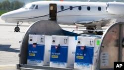 Контейнер с вакциной Pfizer доставлен в аэропорт Сараево, Босния, 4 мая 2021 г.
