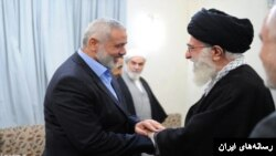 اسماعیل هنیه از رهبران حماس که از سوی آمریکا یک گروه تروریستی به حساب میآید، در یکی از ملاقاتهایش با علی خامنهای در تهران.