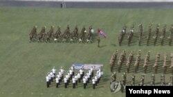 미국 성조기를 짓밟고 서있는 북한 군인들