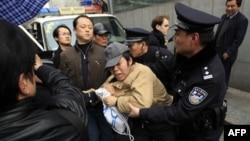 Американский посол в Китае осудил грубое обращение с журналистами