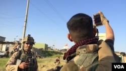 摩苏尔的伊拉克士兵在等待部署的间隙自拍。