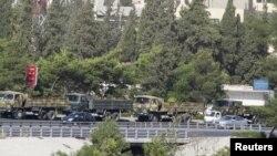 9月20日一个叙利亚军用卡车车队在大马士革附近行驶