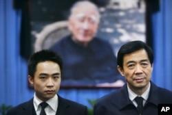 2007年1月18日薄熙來和兒子薄瓜瓜(左)站在薄一波相片前
