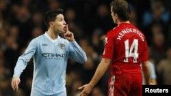 Gelandang Manchester City, Samir Nasri (kiri) meledek pemain Liverpool Jordan Henderson dalam pertandingan Liga Premier (foto: dok).
