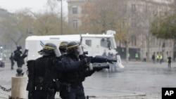 Policia de choque em acção contra manfiestantes