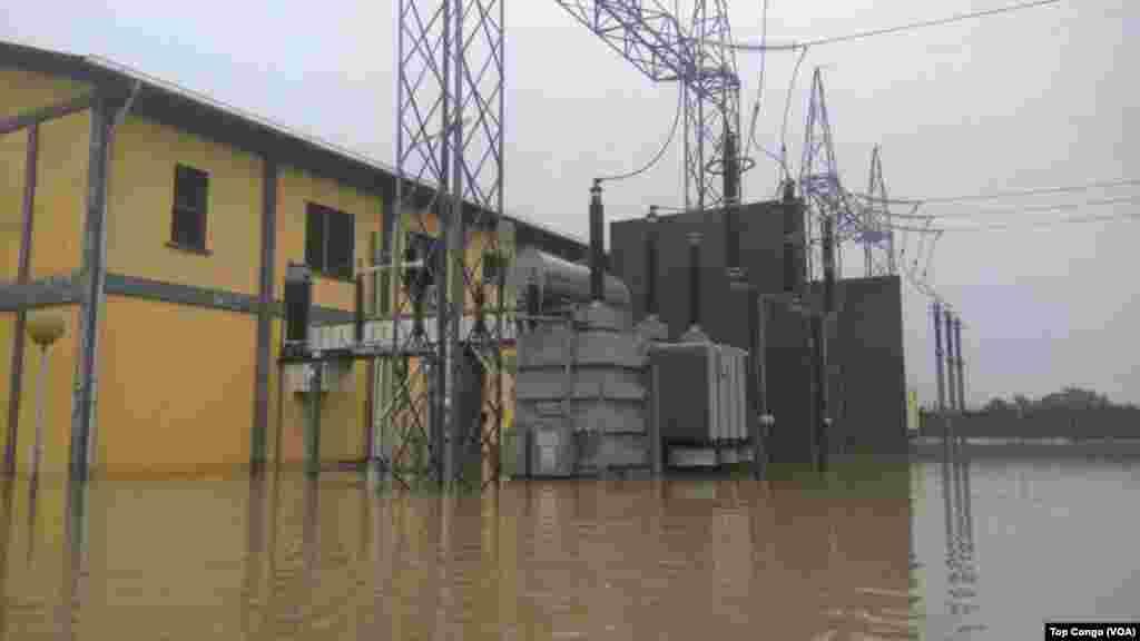 Les installations d'une station électrique suite aux inondations à Kinshasa, le 4 janvier 2017. (VOA/TopCongo)