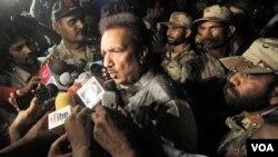 Mendagri Pakistan Rehman Malik berbicara dengan media di Karachi, Pakistan (05/23)