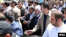 عده ای با شعار «روحانی، بنی صدر پیوندتان مبارک» به سمت حسن روحانی می روند که محافظان او را به سرعت سوار خودروی بیامو می کنند.