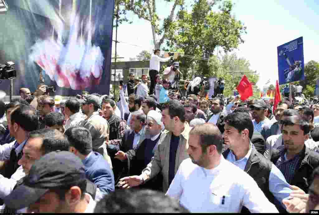 فیلم هایی از راهپیمایی روز قدس نشان می دهد عده از مخالفان روحانی به سمت او آمده و شعار داده اند «روحانی، بنی صدر پیوندتان مبارک»