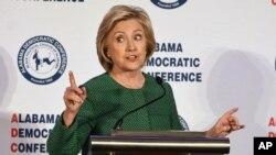 La precandidata presidencial demócrata Hillary Rodham Clinton habla durante un evento de la Conferencia Demócrata de Alabama en Hoover, Alabama, el sábado 17 de octubre de 2015.