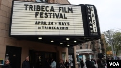 У входа в фестивальный кинотеатр в Ист-Вилледже