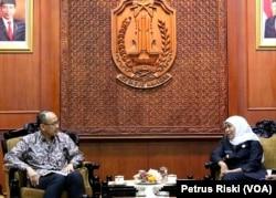 Wakil Duta Besar Indonesia untuk Amerika Serikat, Iwan Freddy Hari Susanto bertemu Gubernur Jawa Timur Khofifah Indar Parawansa di Gedung Negara Grahadi, membahas potensi dan peluang peningkatan kerja sama AS dan Jawa Timur. (Foto: VOA/Petrus Riski)