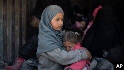 Para pengungsi Suriah, termasuk anak-anak menaiki truk untuk meninggalkan kubu terakhir ISIS di kota Baghouz, Suriah timur, Rabu (20/2).