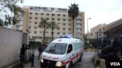 Sebuah mobil ambulans milik Palang Merah Lebanon mengangkut jurnalis Perancis, Edith Bouvier yang terluka di kota Homs, Suriah (2/3).