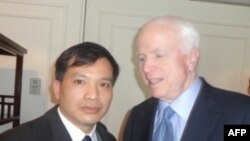 Thượng nghị sĩ Hòa Kỳ John McCain (phải) và Luật sư Nguyễn Văn Ðài, ngày 20 tháng 1, 2012