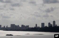Vue sur le centre d'Abidjan, en Côte d'Ivoire, le 10 mars 2011.