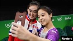 """Vận động viên Hàn Quốc Lee Eun-Ju (phải) chụp """"ảnh tự sướng"""" với vận động viên Hong Un Jong của Bắc Triều Tiên."""