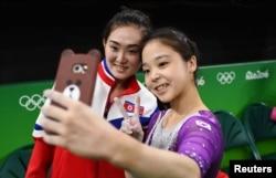 브라질 리우올림픽에 출전한 한국 체조 국가대표팀 이은주(오른쪽) 선수가 지난 4일 연습 도중 북한의 홍은정 선수와 함께 자신의 휴대전화로 사진을 찍고 있다.