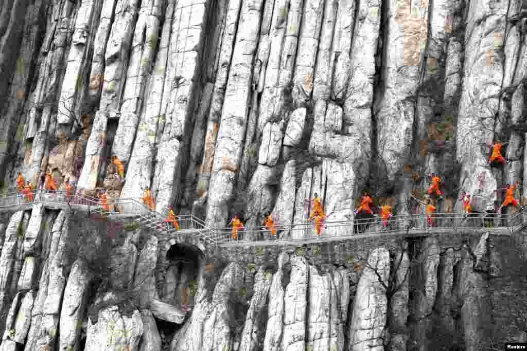 Para pelajar sekolah beladiri mempraktekkan Kung Fu Shaolin di sebuah tebing di Dengfeng, Henan, China.