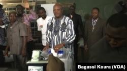 Roch Kaboré du MPP, sur le point de voter à Ouagadougou, dimanche 29 novembre 2015. Il a été élu président du Burkina selon les derniers résultats. (VOA/Bagassi Koura)