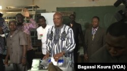 Roch Kaboré du MPP, sur le point de voter à Ouagadougou, dimanche 29 novembre 2015. (VOA/Bagassi Koura)
