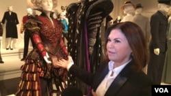 Penata kostum pemenang Oscar Colleen Atwood dan hasil karyanya. (VOA/Zulfian Bakar)
