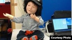 آٹزم میں مبتلا بچوں کے ساتھ کھیلنے اور باتیں کرنے والا روبوٹ کاسپر۔ فائل فوٹو